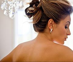 Coiffure tendance pour le nouvel an, une coiffeuse professionnelle à votre domicile
