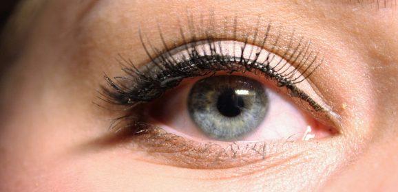 Accentuez l'intensité de votre regard en mettant de faux cils